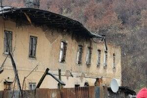 Padajúca strecha spôsobila poškodenia múra.