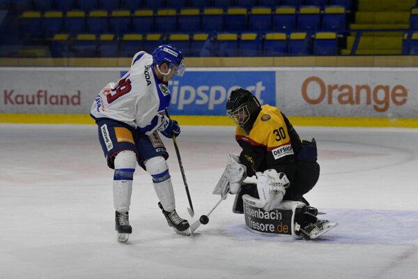 Viktor Ďurina a brankár Florian Mnich v zápase Slovensko - Nemecko na hokejovom Turnaji štyroch krajín hráčov do 20 rokov v Piešťanoch.