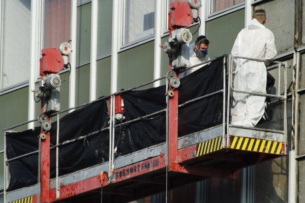Z fasády budovy odstraňujú azbest.