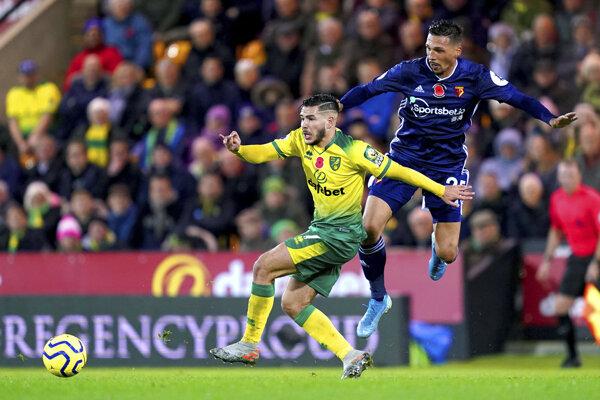Hráč Watfordu Jose Holebas (vpravo) a Emi Buendia v drese Norwichu.