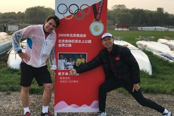 Pamätná zlatá olympijská tabuľa zletných OH vroku 2008. Michal Martikán snajstarším čínskym trénerom vodného slalomu.