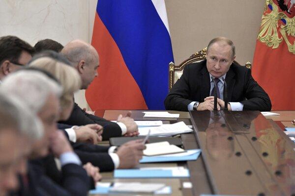 Ruský prezident Vladimir Putin v priebehu zasadanie ruskej vlády.