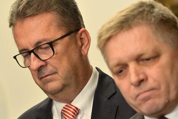 Bývalý podpredseda NR SR Martin Glváč (SMER-SD) a vpravo poslanec Robert Fico.