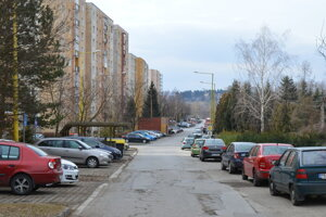 Parkovanie sa má postupne zaviesť aj na sídliská.
