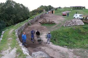 Úprava terénu na mieste sondy na Pustom hrade.