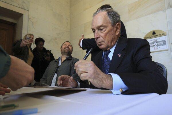 Michael Bloomberg vypĺňa prihlášku v Arkansase.