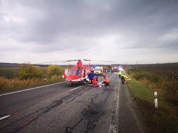 Hasiči zasahujú pri tragickej dopravnej nehode, ktorá stala v katastri obce Nitrianske Hrnčiarovce, okres Nitra. Pri nehode došlo k zrážke nákladného vozidla a autobusu s cestujúcimi.