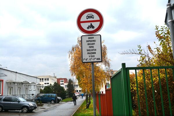 Vjazd ku škole zakazuje značka.