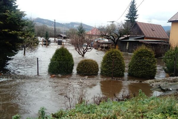 V Závadke nad Hronom je situácia dramatická, pršať má aj v najbližších hodinách.