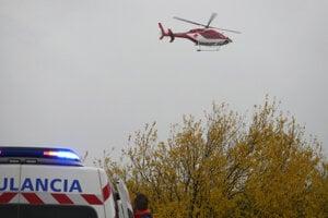 Vrtuľník zasahuje na mieste dopravnej nehody.