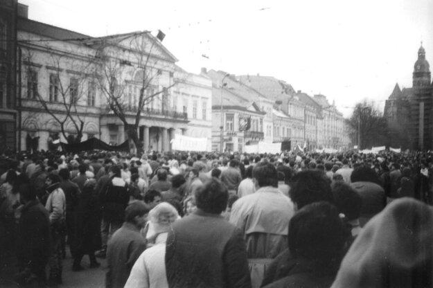 Občiansky míting v Košiciach v piatok 24. novembra 1989 pred Štátnou vedeckou knižnicou.