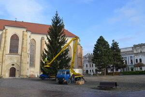 Už zdobia vianočný stromček a skladajú stánky. Pribudnúť má i zóna na sedenie z ratanových kresiel s dekami a ohrievačmi.