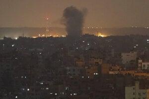 Dva dni trvajúce izraelské útoky si v pásme Gazy vyžiadali najmenej 32 obetí na životoch.