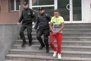 Jeden z obvinených krátko po zadržaní.