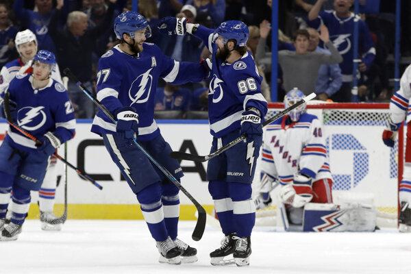 Nikita Kučerov (vpravo) a Victor Hedman sa radujú po strelenom góle v zápase základnej časti NHL 2019/2020 Tampa Bay Lightning - New York Rangers.