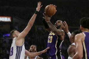 LeBron James (vpravo) v zápase základnej časti NBA 2019/2020 Los Angeles Lakers - Sacramento Kings.