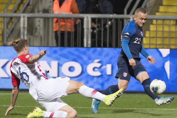 Stanislav Lobotka (vpravo) počas zápasu proti Chorvátsku.