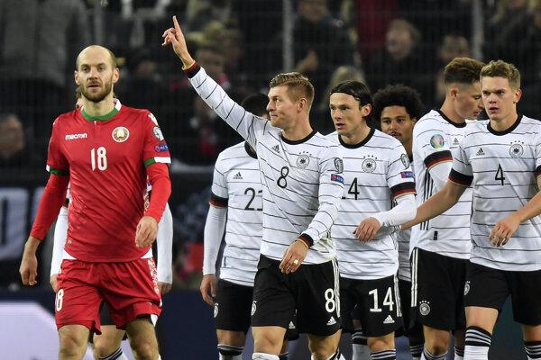 Toni Kroos oslavuje gól v zápase proti Bielorusku.