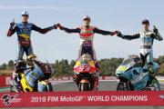Trio šampiónov. V Moto2 uspel Španiel Alex Marquez (vľavo), v  MotoGP Marc Marquez a v kategórii Moto3 Taliam Lorenzo Dalla Porta.