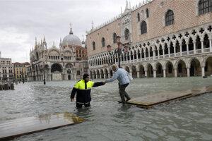 Benátky sú stále pod vodou.