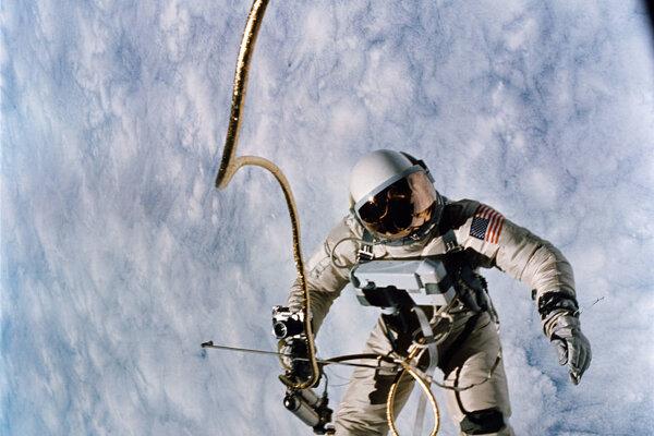 Astronaut Edward H. White počas prvého amerického výstupu vo vesmíre v rámci misie Gemini IV.
