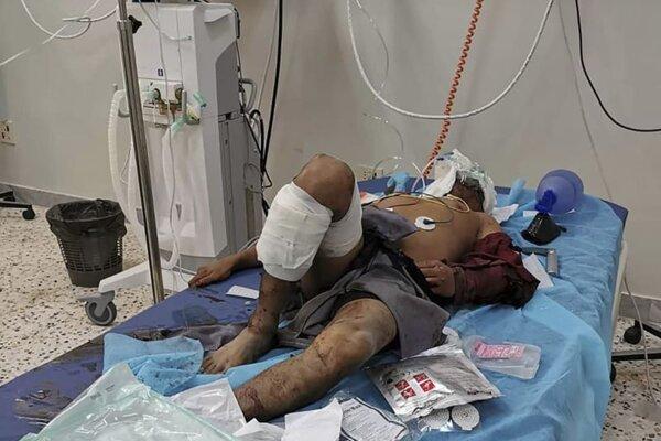 Jeden zo zranených po nálete na továreň.