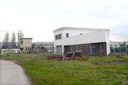 Ubytovňa pred kolaudáciou i banská budova (v pozadí) rozdeľujú svojich majiteľov.
