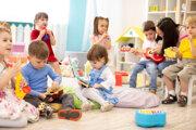 Detské kútiky na fakultách niekde fungujú iba pod dohľadom rodičov, ale môžu v nich vypomáhať aj študenti pedagogických fakúlt v rámci praxe.