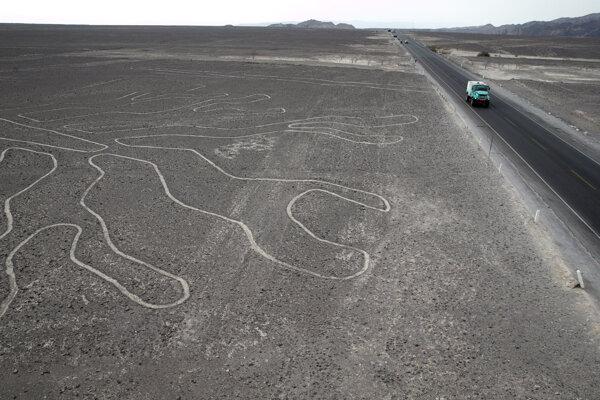 Časť obrazcu na planine Nazca počas jednej z etáp Rally Dakar.