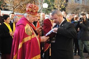 Predseda KPVS odovzdáva arcibiskupovi dekréty o čestnom členstve in memoriam pre hieromučeníkov.