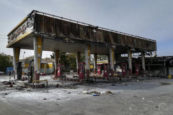 Protestujúci zapaľujú čerpacie stanice aj banky.