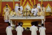 Pápež František celebruje omšu na národnom štadióne v Bangkoku.