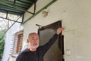 Juraj Pucher ukazuje, pokiaľ siahala hladina vody počas poslednej potopy.