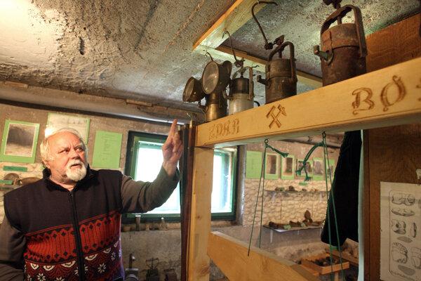 Ivan Čillík v baníckej expozícii, ktorú vybudoval vo svojom vlastnom dome.