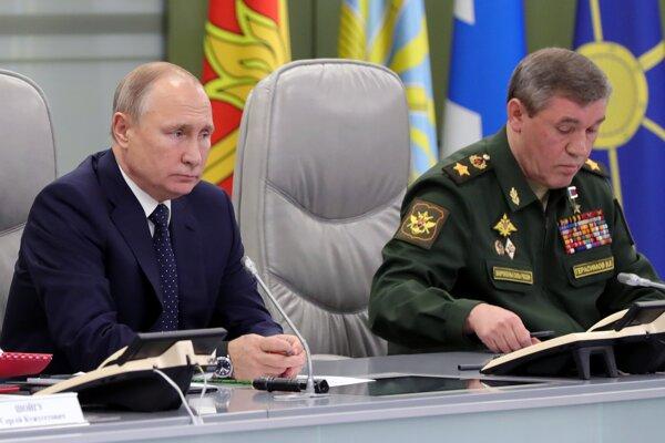 Ruský prezident Vadimir Putin a  náčelník štábu ruských ozbrojených síl Valerij Gerasimov.