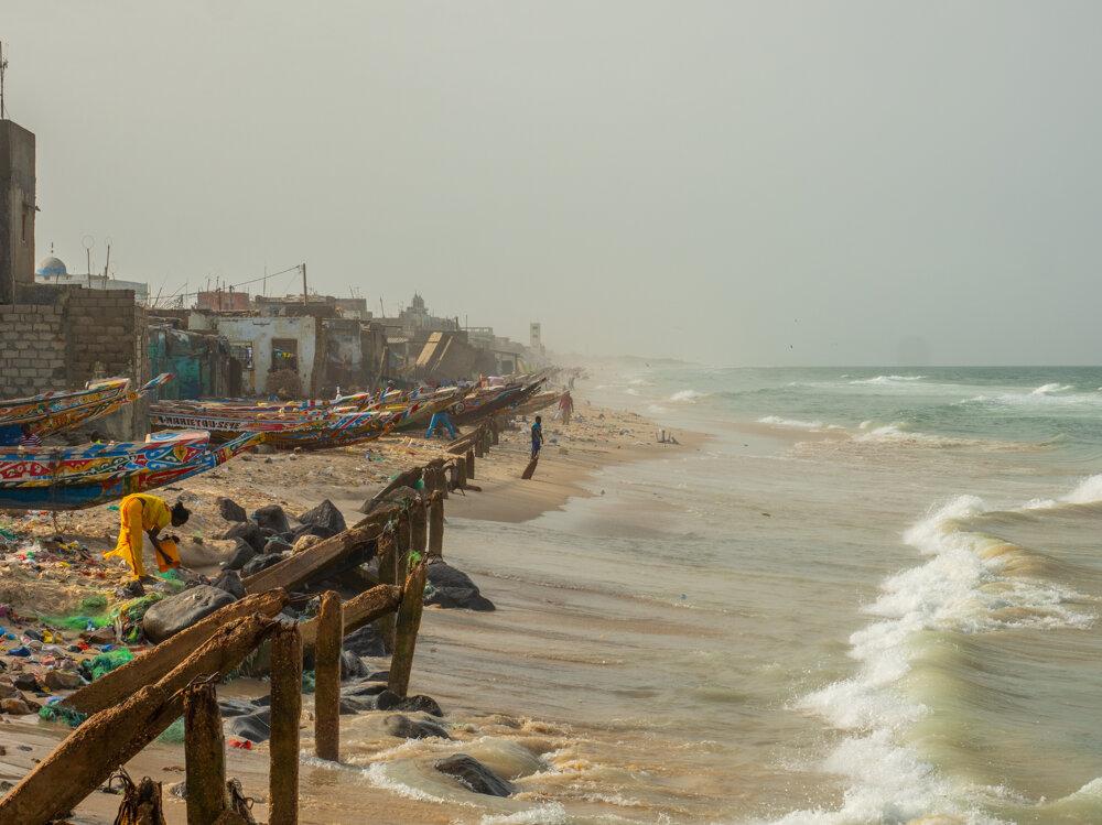 Rybárom ničí domy stúpajúci oceán.