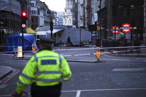 Policajt hliadkuje po útoku na London Bridge.