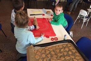 Deti piekli perníky.