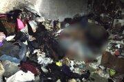 Po uhasení požiaru bolo v byte nájdené telo 48-ročného miestneho muža bez známok života.