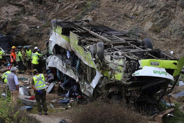Vrak havarovaného autobusu v čilskom regióne Taltal.