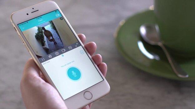 Obraz z bezpečnostnej kamery uvidíte na obrazovke svojho smartfónu.