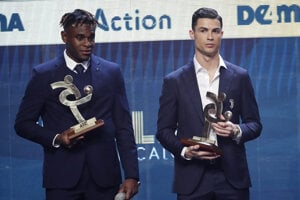 Cristiano Ronaldo a ďalší ocenený Duvan Zapata z tímu Atalanta Bergamo.