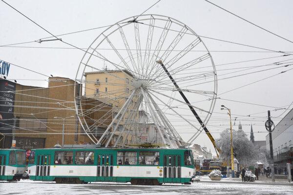 Vyhliadkové koleso už stojí na Hlavnej ulici.