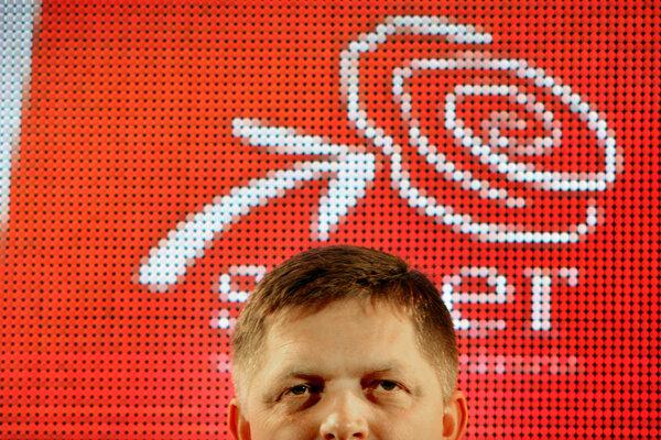 Robert Fico počas predvolebnej kampane v roku 2012. Po voľbách vznikla jednofarebná vláda Smeru.
