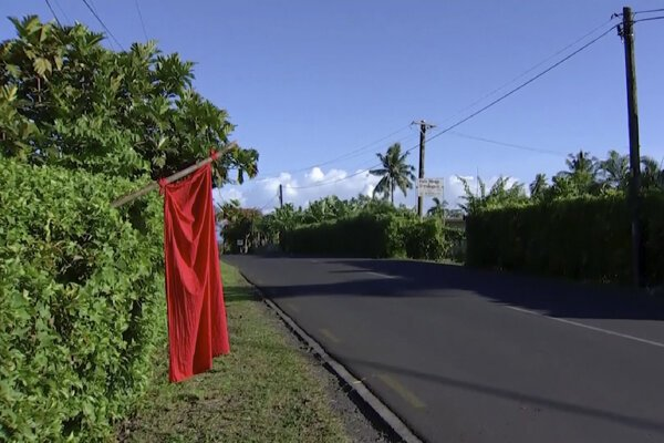 Červená vlajka pred domom rodiny, ktorá nie je zaočkovaná. Apia, 5. december 2019.