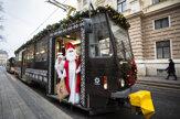 V uliciach Bratislavy začala premávať vianočná električka (fotogaléria)