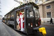 Sv. Mikuláš a Anjel v tradičnej Vianočnej električke v Bratislave.