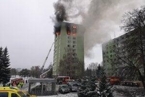 Horiaca bytovka po výbuchu plynu v Prešove.