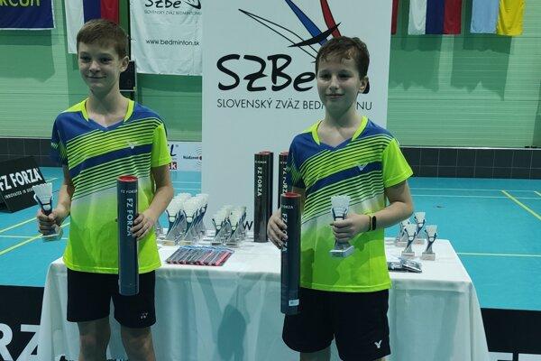 Andrej Suchý (vpravo) so svojim spoluhráčom po výhre vo štvorhre chlapcov.