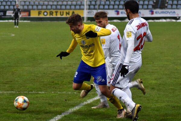 Trnavčania Diogo (vpravo) a Oršula sa snažia zastaviť autora prvého gólu Martíneza.